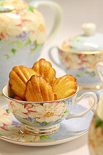 蓝色印花骨瓷下午茶具里的玛德琳蛋糕
