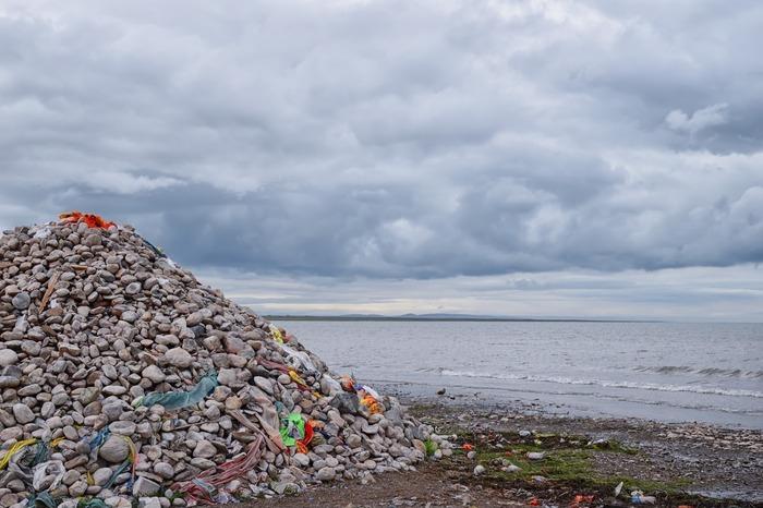 青海湖边的石堆图片