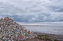 青海湖边的石堆