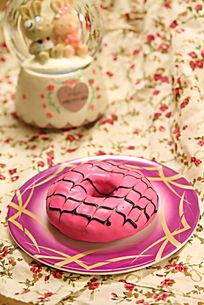 草莓巧克力口味的多拿滋