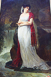 穿白裙子的女士