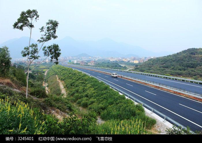 高速路附近山俯视下面全景