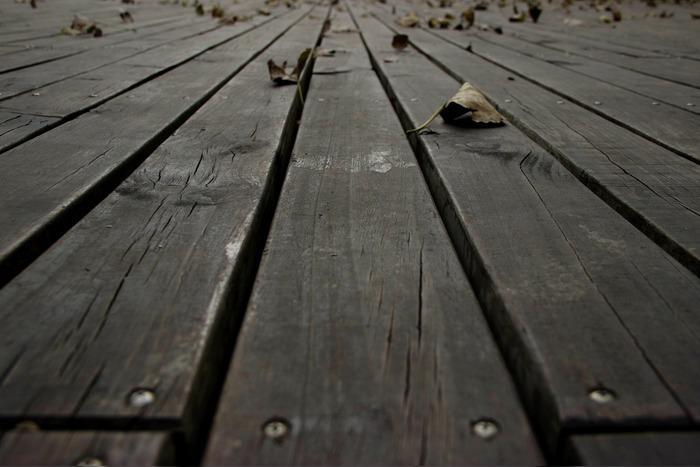 公园里深灰的木板
