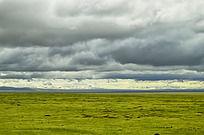 乌云下的大草原
