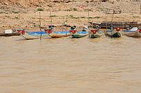 洞里萨湖的舢板船