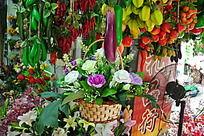 高挂的各种色彩缤纷的假水果和花篮