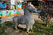 灰色小矮马雕像
