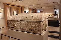 刻满各种花纹的石棺