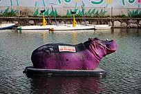 飘在湖面上的紫色河马玩具