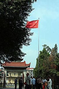 莆田广化寺里红旗飘扬