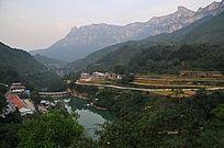 太行山里的民居和水库