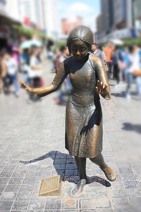 跳海牌的小女孩雕塑
