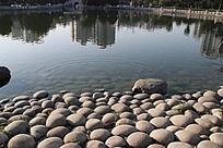 湖岸上的石头