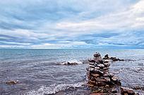 青海湖边的玛尼堆