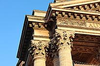 宫殿柱子顶部的花纹雕刻