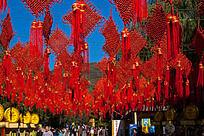 挂满火红的中国结的天空