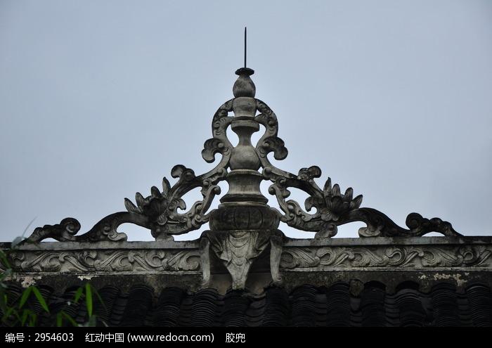 古代两条龙造型屋顶建筑图片
