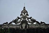 古代两条龙造型屋顶建筑