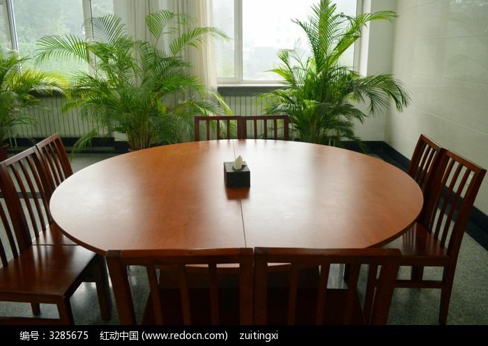 木头餐桌特写