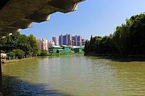 大桥下的建筑