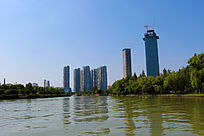 河岸上高层建筑