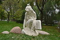 《春天》雕塑正面特写