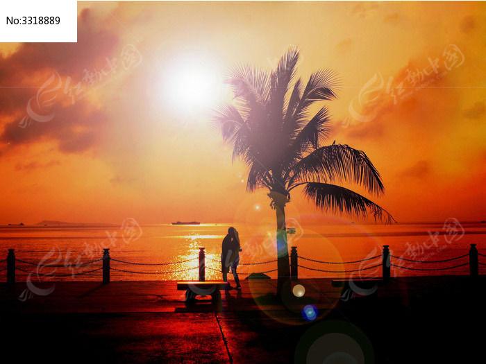 海边上的情侣图片_自然风景图片