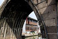 江南运河桥洞下的茶楼