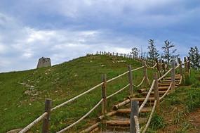 山坡上的木栈道