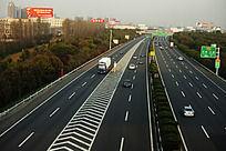 双向四车道的高速公路