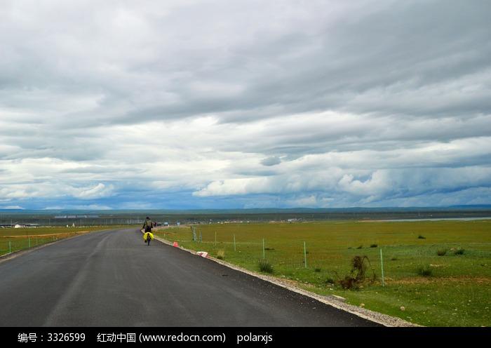 青海湖边的公路图片