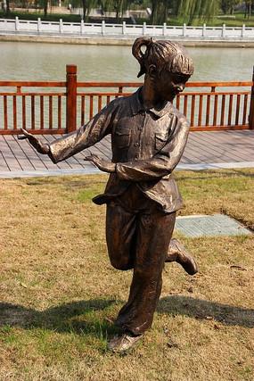 一只脚掂地的小女孩雕塑
