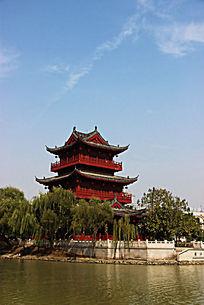 远处的漕运广场上的红色建筑物