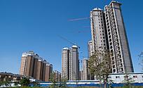 蓝天下的小高层住宅楼