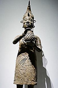 部落女人木雕像