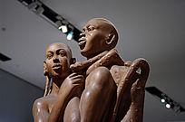 怀抱女人雕塑