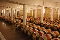 宽敞明亮的葡萄酒窖