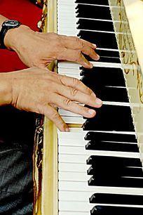 双手 弹钢琴的手