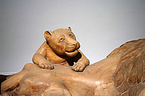 一只小狮子木雕