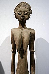 站立的非洲女人木雕