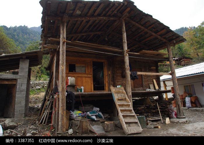 搭木梯的小木屋