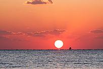 海上日出时刻天空的彩云