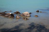 喀纳斯湖水与石头