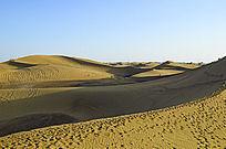 蓝天下起伏的沙山