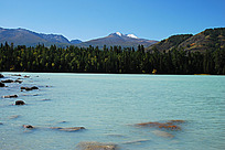 那纳斯湖水与雪山