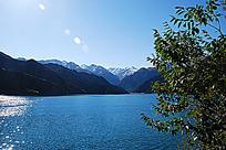 天山雪山与湖水