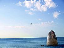 蓝天飞机石柱图片