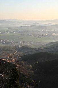 早晨的田野村庄