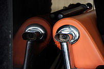 橙色的皮革椅子部件特写