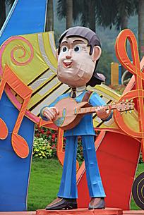 弹着吉他的人物雕塑
